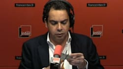 Patrick Cohen découpe sa carte de presse en soutien à Pascale