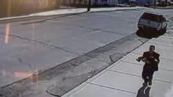 Neonato rapito dal passeggino, i fratellini inseguono il
