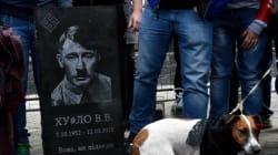 Une pierre tombale représentant Poutine en Hitler déposée devant l'ambassade russe en