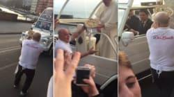 ASSISTA: Papa Francisco aceita pizza de fiel em passagem por
