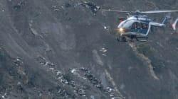 Écrasement de Germanwings: l'enquête progresse, Hollande et Merkel survolent les lieux du