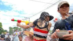 Festival Songkran: se lancer des seaux d'eau pour se