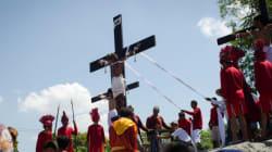 Des fidèles philippins s'infligent le supplice de la croix