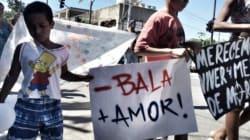 'Menos bala, mais amor': moradores fazem caminhada pela paz no Complexo do