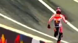 A Márquez se le estropea la moto, sale corriendo a por otra y logra la 'pole'