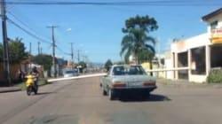 ASSISTA: No Paraná -- onde mais?! -- motorista bate em carros ao dirigir com pedaço de