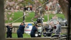 Un homme atterrit en hélicoptère au