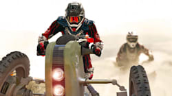 Skatesurfing à la «Mad Max» sur un motocross à trois