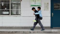 Ogni giorno, per tre anni, Xie ha portato l'amico disabile a scuola sulle spalle. Perché l'amicizia è una cosa