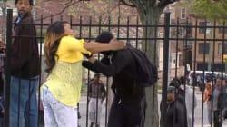 Era pronto a sfidare la polizia, la madre lo porta via a furia di sberle