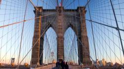 Un homme saute du pont de Brooklyn, et