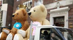 Bébé royal: des ours en peluche géants en