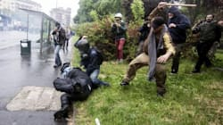 Picchò il poliziotto con il bastone durante gli scontri Expo, arrestato un 28enne