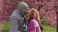 Scarlett Johansson embrasse Ultron et dénonce le sexisme de Marvel dans un sketch de