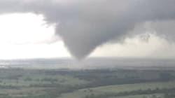 Les images impressionnantes des tornades qui ont balayé le centre des