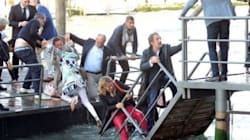 Si rompe il pontile: i vip finiscono nel Canal Grande