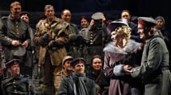 Les soldats écossais, français et allemands font la trêve à l'Opéra de Montréal
