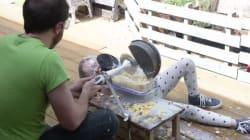Un père et sa fille construisent une machine