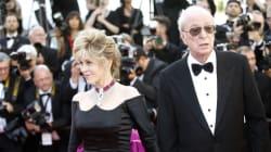 Michael Caine et Jane Fonda rayonnent lors de la montée des marches à