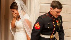 La foto del matrimonio di un marine mentre prega con la sua futura moglie vi