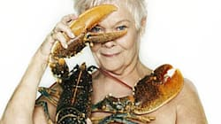 La boss de James Bond pose nue avec un homard (pour la bonne