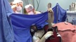 Suona i Beatles per rimanere sveglio durante l'operazione al cervello