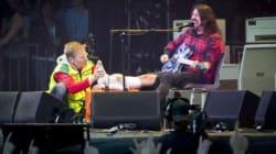 Dave Grohl se casse une jambe en plein concert: même pas