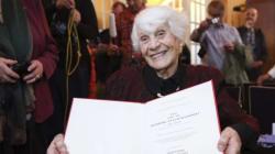 Una centenaria recibe el doctorado que le negaron los