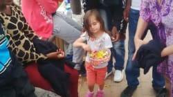 Ventimiglia, la bambina che regala caramelle ai migranti