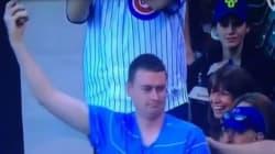 Il attrape une balle de baseball tout en nourrissant son bébé