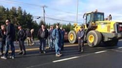 Des travailleurs cessent de bloquer un tronçon de la route