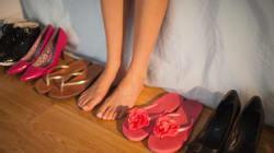 Le 10 peggiori scarpe che potete indossare quest'estate
