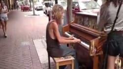 La forma en que la que este indigente toca el piano te dejará sin palabras