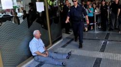 Ce retraité grec dont le cliché a fait le tour du monde reçoit l'aide d'un