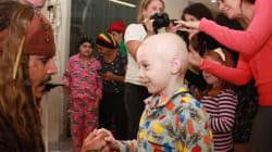 ジョニー・デップ、海賊姿で小児病院に現れる ジャック・スパロウに子供たちも笑顔【動画】
