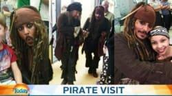 Johnny Depp nei panni di Jack Sparrow visita un ospedale