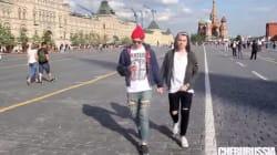 Deux hommes se tiennent par la main à Moscou et filment la réaction des