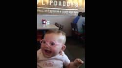 La sonrisa de esta pequeña cuando le ponen gafas y ve a sus padres