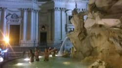 Turisti in mutande nella fontana del