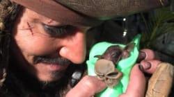 Johnny Depp donne le biberon à un bébé