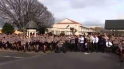 L'Haka di centinaia di studenti per l'ultimo saluto al professore