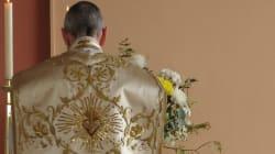 Vuole essere sbattezzata, il prete la deride pubblicamente: