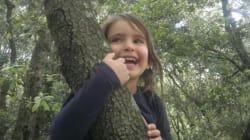 Bambini che fanno le elementari nel bosco