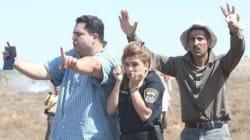 I palestinesi proteggono una poliziotta israeliana dal lancio di