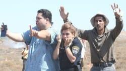 Cette photo d'une policière israélienne protégée par deux Palestiniens fait le tour du