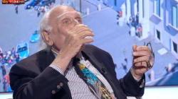 Pannella interrompe lo sciopero della sete e beve in diretta: