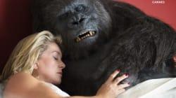 Catherine Deneuve au lit avec un gorille pour une comédie