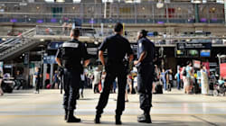 Des policiers armés dans les
