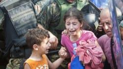 マケドニア国境で泣き叫ぶ難民の子供たちに、平穏な生活は戻るのか(画像)