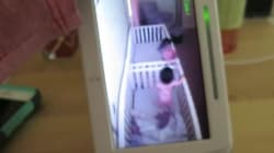 La reacción de dos bebés cuando su madre les pilla jugando en la cuna